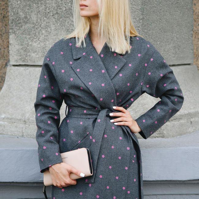 Модное весенне пальто в горошек