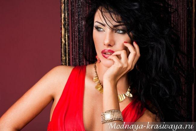 Maquiagem sob um vestido vermelho