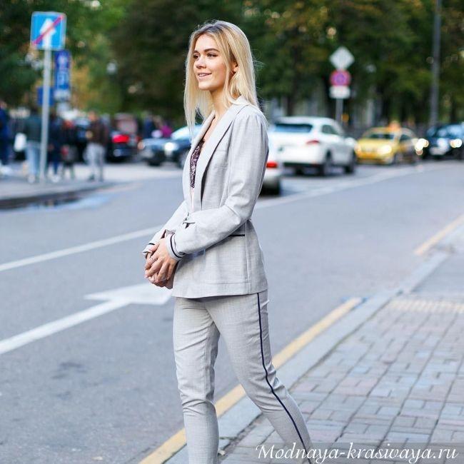 Серого цвета с полосой на брюках