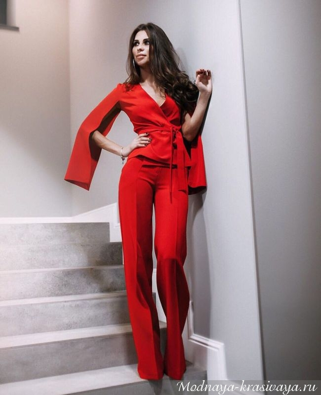 Яркий красный вариант с необычными рукавами