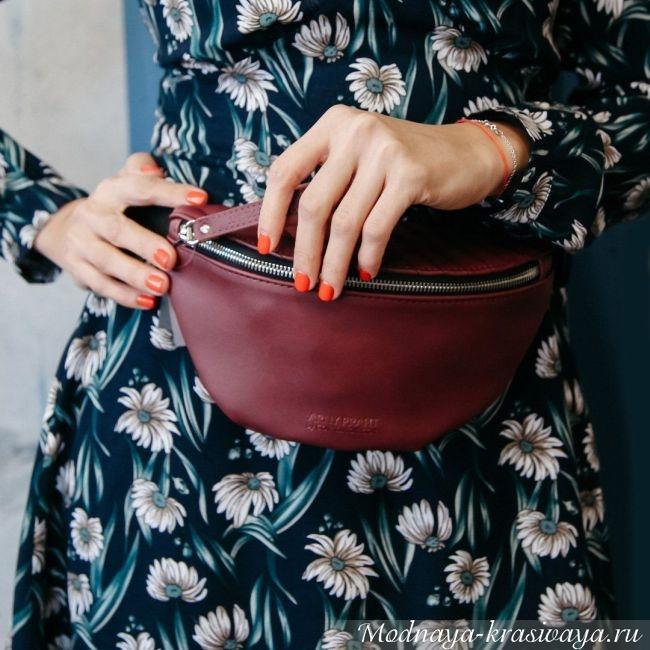 Бордового цвета с платьем