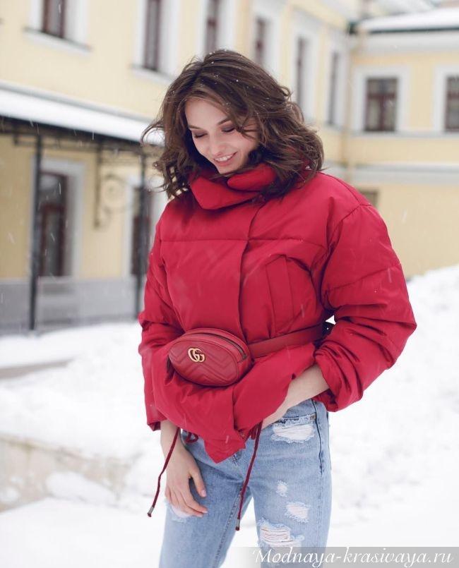Красная куртка и поясная сумка