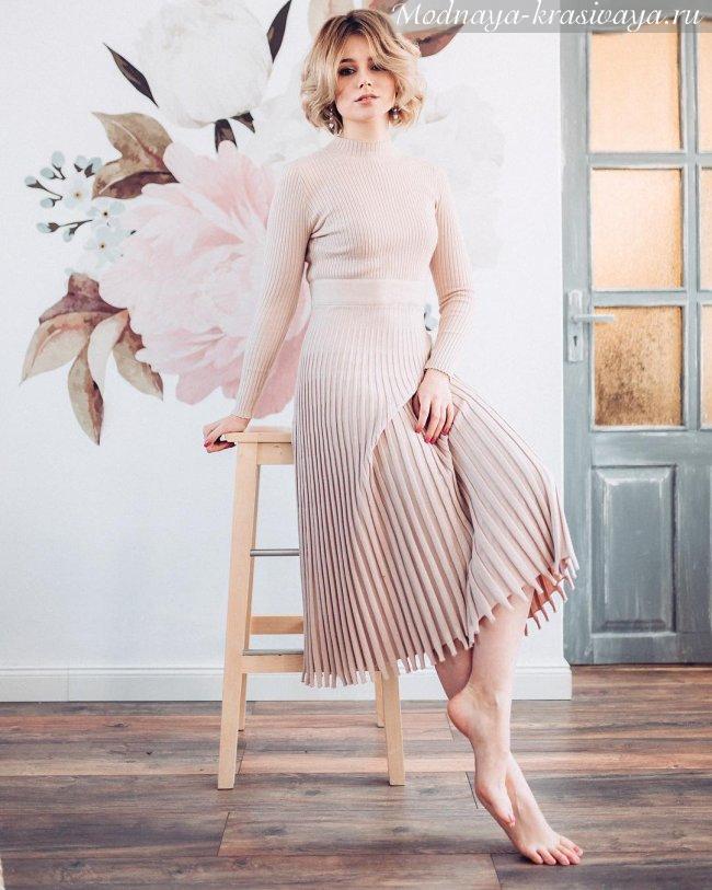 Платье с плиссировкой весна-лето 2019