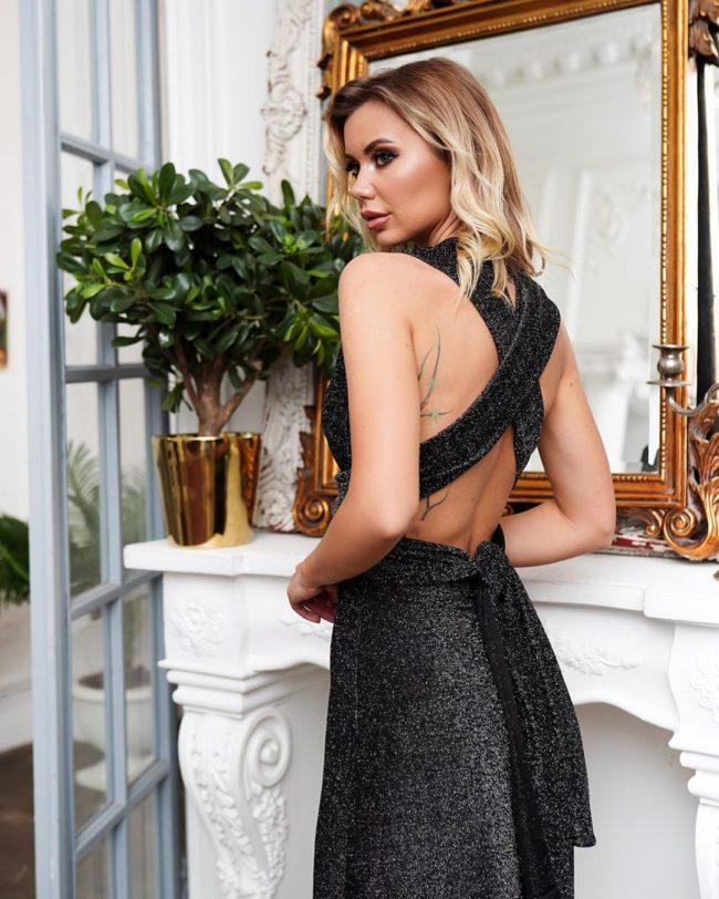 черное новогоднее платье с бретельками на спине