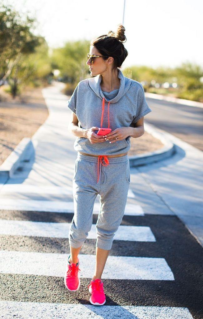 серый и розовые кроссовки