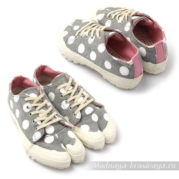 кроссовками