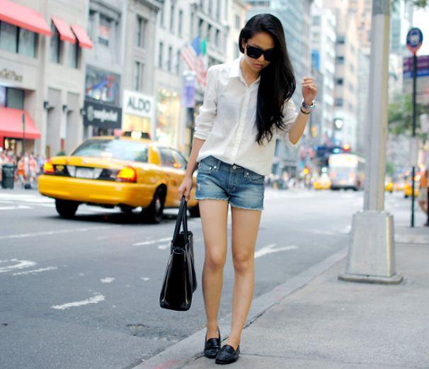 с шортами и белой рубашкой