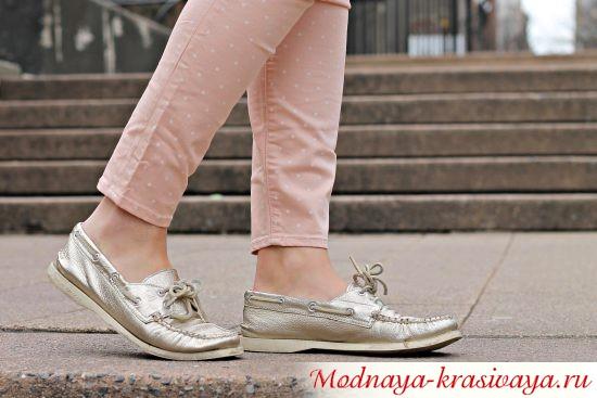 серебрянные женские топсайдеры с джинсами